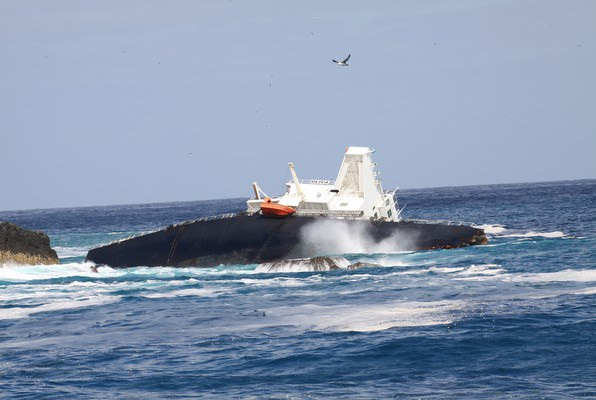 2013.03.18 -Bulk Carrier Runs Aground and Breaks in Half Figure 4